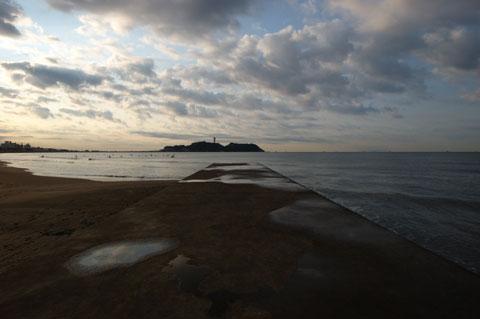 片瀬海岸から江ノ島を見る。今日も残念ながら曇り空なり。重たいVRレンズ持っていったのに・・・。