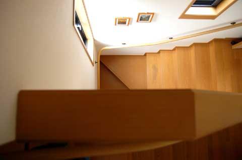 この狭~い階段を,LGS RHC号を縦にしながら,えっちらおっちら……。