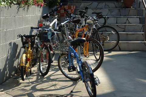 駅前駐輪場と化してしまった我が家の駐車場。どれがだれの自転車やら・・・。 【ご親族用フォトアルバムはこちら~】