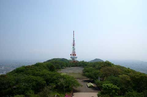 湘南平の頂上。自分が居るのは展望台。向こうに見えるのはテレビ塔。