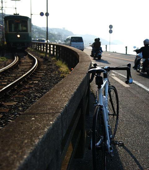 腰越付近で江ノ電とおはようございます。