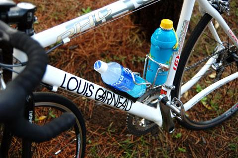 初期のLGS RHC号ではこうでした。子どもの水筒&ペットボトル。この頃に比べたら,だいぶ進歩したものです。この体制では走りながら飲むの無理じゃん!