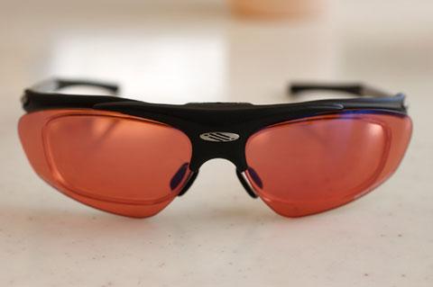 このようにサングラスレンズの内側に矯正用レンズが入っています