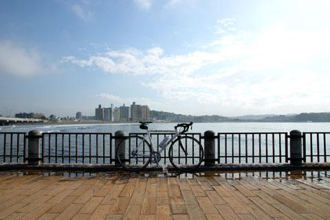 朝の海辺は安らぐなぁ・・・。江ノ島のベンチで一休み(^^)