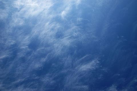 片瀬海岸のウッドデッキで,大の字に寝ころんで青空を仰ぐ。眠くなる Zzz…