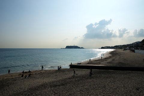休日の夕方近くの七里ヶ浜は大好きです。のどかだなぁ・・・。