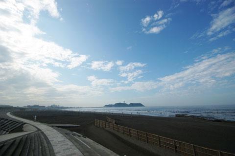 朝の片瀬海岸は人もまばらで気持ちいいのです。自転車乗りはよく見かけます(^^)v
