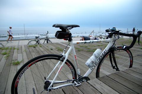 片瀬海岸でこの自転車の前で寝ている人を見たら,起こさないであげてください。たぶん,おいらです・・・。