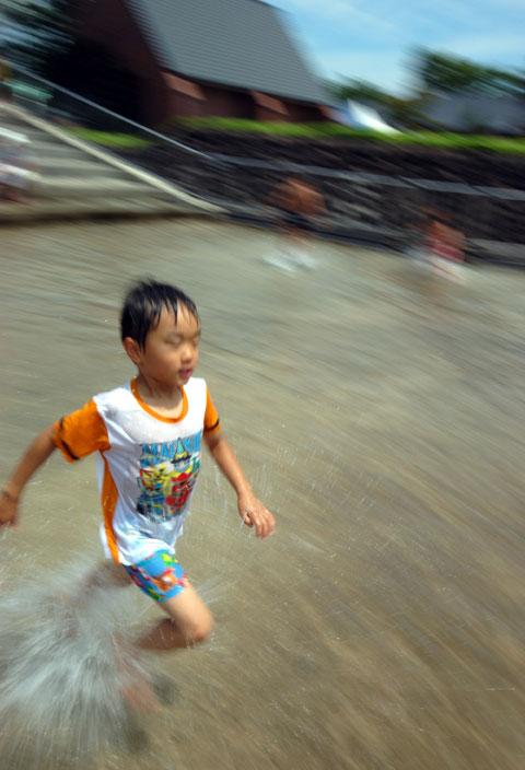 公園の水場を駆け抜けるカズボンさん。