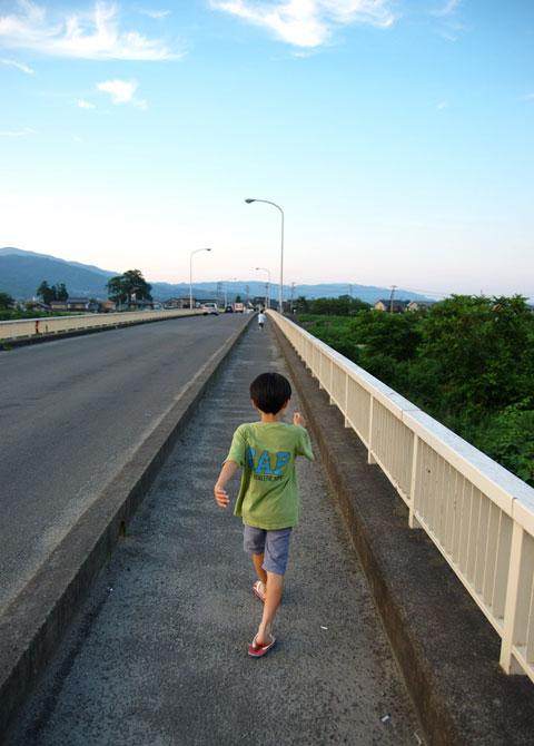 これまた近所の橋。夕方,近所の生協に単4電池を買いに行った帰り。この橋,なぜか好きなのです。