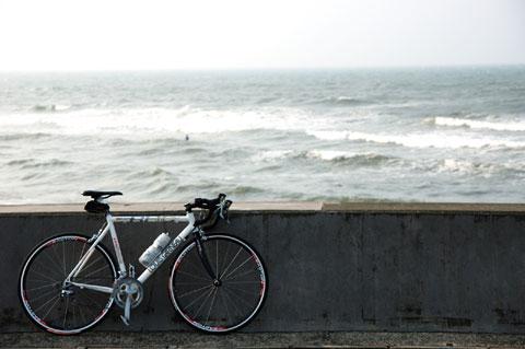 七里ヶ浜の駐車場。ここでも,まだ999km。まだかいなぁ~