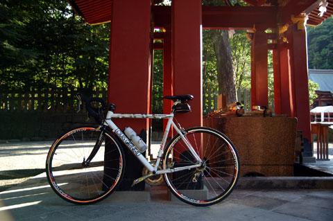 鶴岡八幡宮の水飲み場で一休み。ここまで約25km。