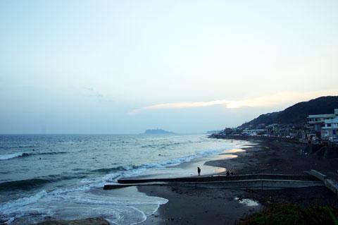 稲村ヶ崎。天気が悪くてもたくさんのカメラマンさまがいらっしゃいました(^^)