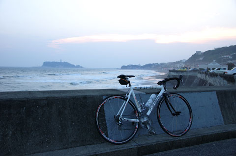 七里ヶ浜。残念ながら水平線近くに雲が陣取り,日の入りは拝めず・・・。