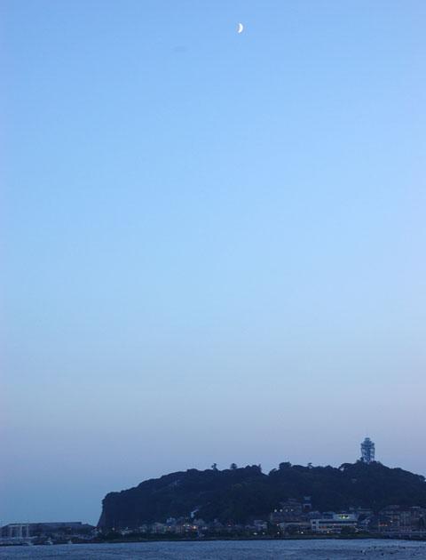江ノ島にお月様が出てきました。さぁ,帰ってお風呂入ろうっと。