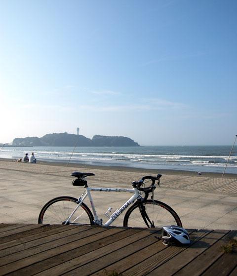 快晴の片瀬海岸から江ノ島を望む。すがすがしい~