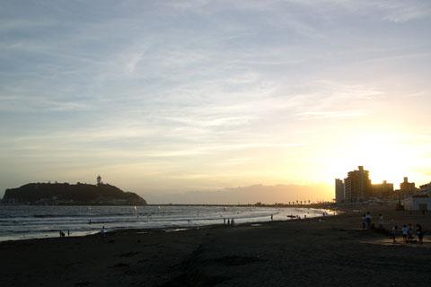 おしい! ちょうど日が落ちた頃に片瀬海岸到着。でも,いい雰囲気(^^)