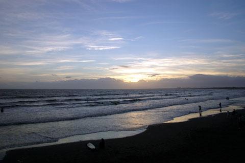 片瀬海岸。おしい~! もうちょっと前なら日の入りが見えたのに~~~