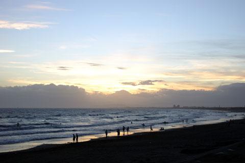 日が落ちた後も,砂浜には人がたくさん居ます。サーファー,散歩,犬,子連れさん,みんなシアワセです。