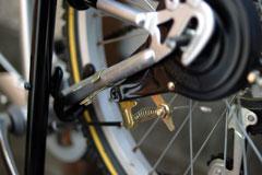 ドラムブレーキのチェーンステーの固定金具&ブレーキワイヤを外す。