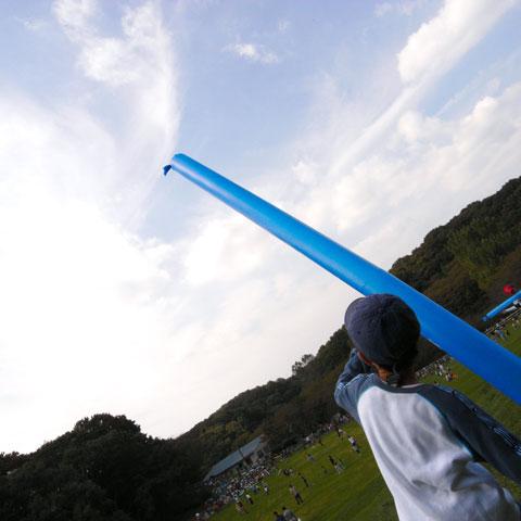 巨大風船で遊ぶユウキチ。妙に高~~く飛んでいきます。