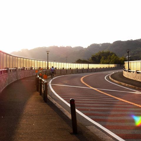 湘南国際村へ向かう上り坂。爽やかな挨拶と共に上級者の方が走り去っていきました。