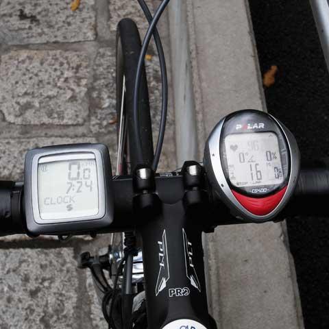 SIGMAは速度・時計。POLARは心拍・斜度・高度・ケイデンスを表示中。