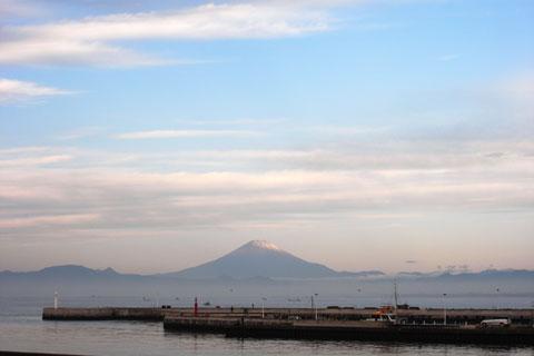 今シーズン初めて冠雪した富士山を見ました。寒ぃ~