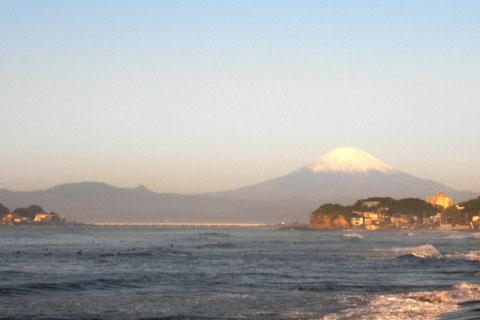 稲村ヶ崎から振り返って富士山を見る。全然前に進めない……。