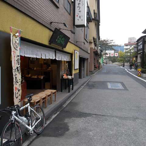 箱根湯本では「菜の花」でひと休憩。お茶を飲みながらお饅頭を食べられます♪