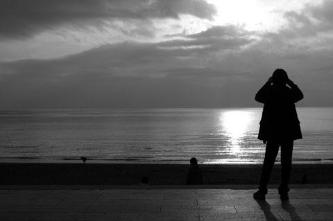 美しい夕日を撮る人,を撮る。35mm単焦点で撮ってみました。