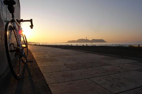 たまにはこんな写真も。片瀬海岸から江ノ島に向かう道です。