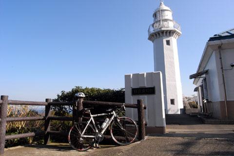 観音崎灯台です。車じゃなくて自転車で行くのがよろしい場所です(^^)