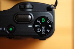 P,A,Mの3モード。そして,シャッターボタンの前側にある「ダイヤル」。