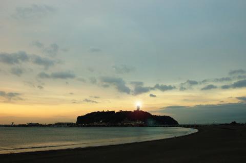 雲がどんより,日の出は見られませんでした。代わりに江ノ島灯台に手を合わせて拝みましょう。