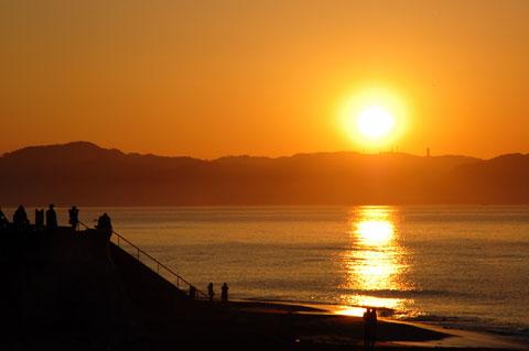 七里ヶ浜も日の出を見る人達でにぎわっていました。みんな好きねぇ(おいらもか)