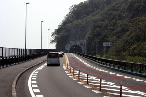 自転車で走るには最悪の,「上り坂トンネル,しかもトンネル内は歩道無し」。気分最悪~