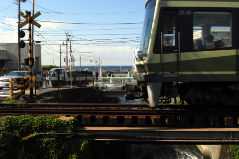 七里ヶ浜を走る江ノ電。今年は上手に撮ってみたいな。あ,その前に江ノ電バトル第2回をやらねば。