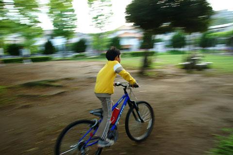 小さな公園内を喜んで駆け回るの図。先週までは,「自動車で」とか言っていたクセに(笑)