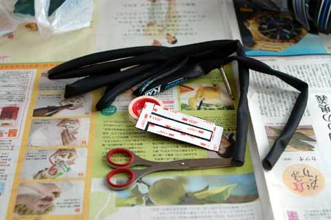用意したのは破損チューブと両面テープ。材料費は限りなく0円に近い。