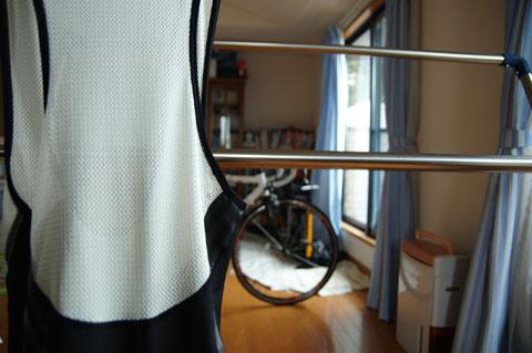 ビブの部分は大きめなメッシュ構造。シャツもメッシュなので,結構風通しは良いです。