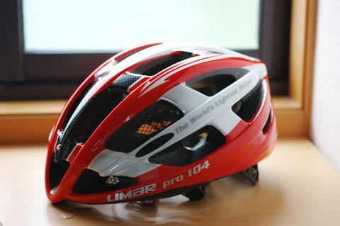 他のヘルメットに比べると,浅い形状です。