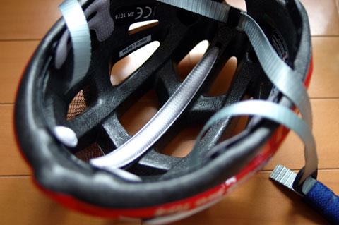 ヘルメット内部は,着脱可能なパッドが付いています。まぁ,これはどのヘルメットも同じかな...?
