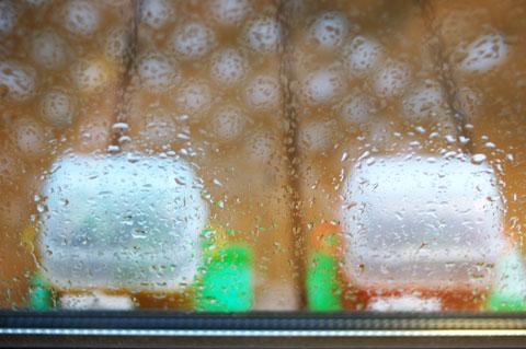 窓の外は雨。濡れるウッドデッキに並ぶ白い物体はなんでしょう……?