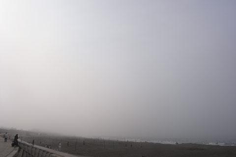 片瀬海岸。たくさんの人がサーフィンとビーチバレーをやっています。見えないけど。