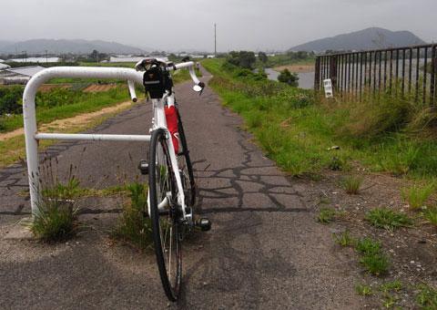 家の近所の阿武隈川CRの入り口。ちょっと路面は荒れています。