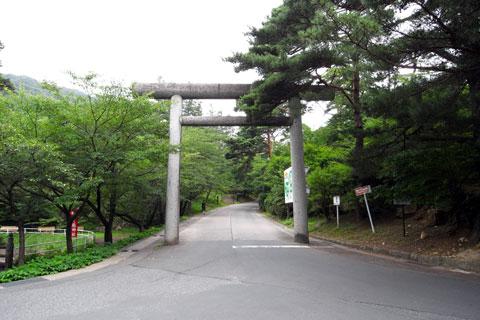 信夫山への入り口。意外と激坂&路面凸凹。