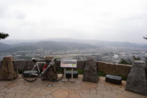ついに展望台到着~♪ ここを登ったサイクリストは全員撮っているであろう一枚。