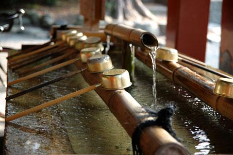 神社には必ず,こういう「手水舎(ちょうずや,てみずや)」があります。僕らにとってはありがたい給水所です♪