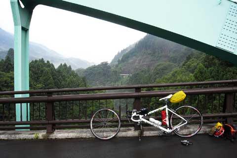 2年前,この橋でパンク修理をしていたっけ。しかも雨だ・・・。